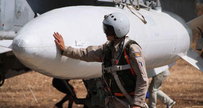 Rosyjski pilot przed lotem w bazie lotniczej Hmeimim w Syrii