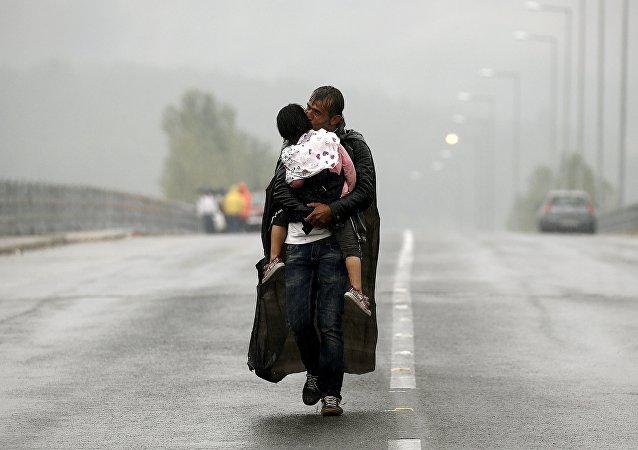 Syryjski uchodźca w pobliżu grecko-macedońskiej granicy