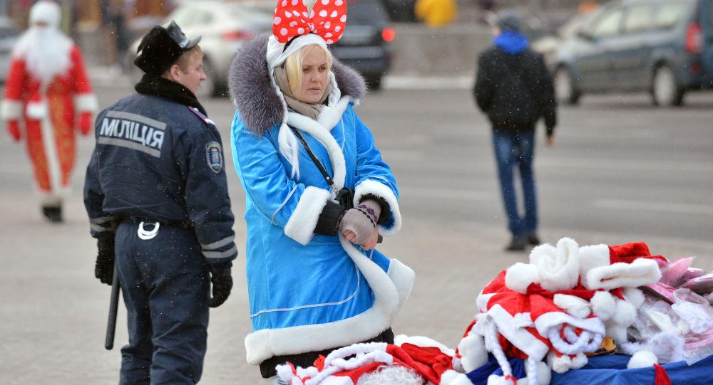 Dziewczyna w stroju Świętego Mikołaja w Kijowie