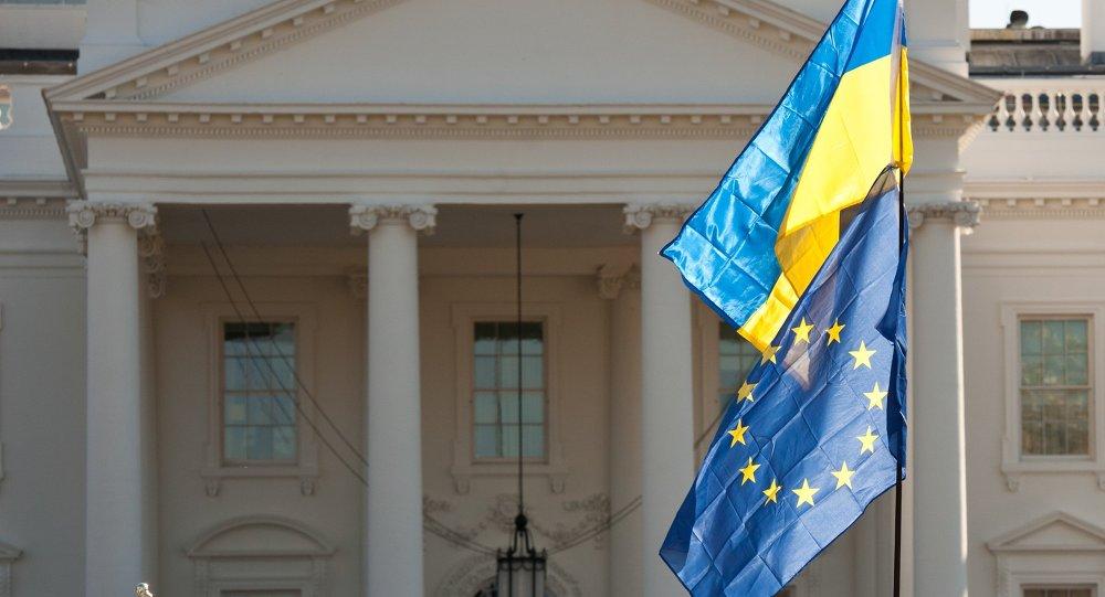 Flagi Ukrainy i UE przed Białym Domem w Waszyngtonie