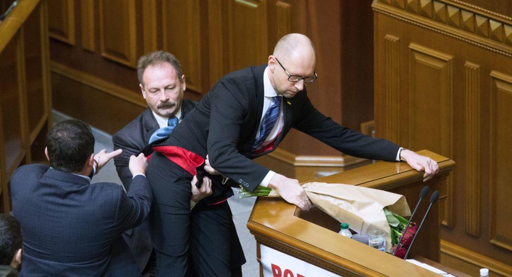 """Premier Ukrainy Arsenij Jaceniuk (z prawej) i deputowany z frakcji """"Blok Petro Poroszenki"""" Oleg Barna (z lewej) na posiedzeniu Rady Najwyższej Ukrainy."""