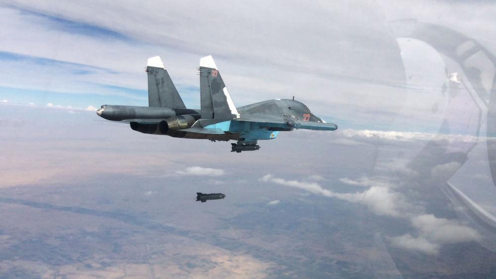 Wielozadaniowy bombowiec taktyczny Su-34 przeprowadza naloty w prowincjach Ar-Rakka i Aleppo.