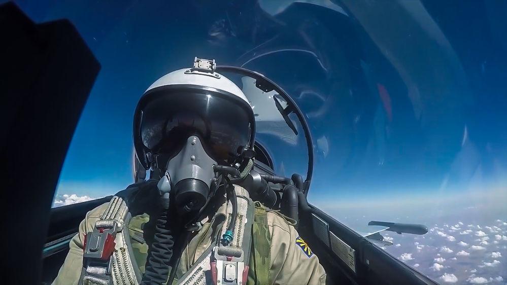 Pilot rosyjskich sił powietrznych podczas lotu bojowego.