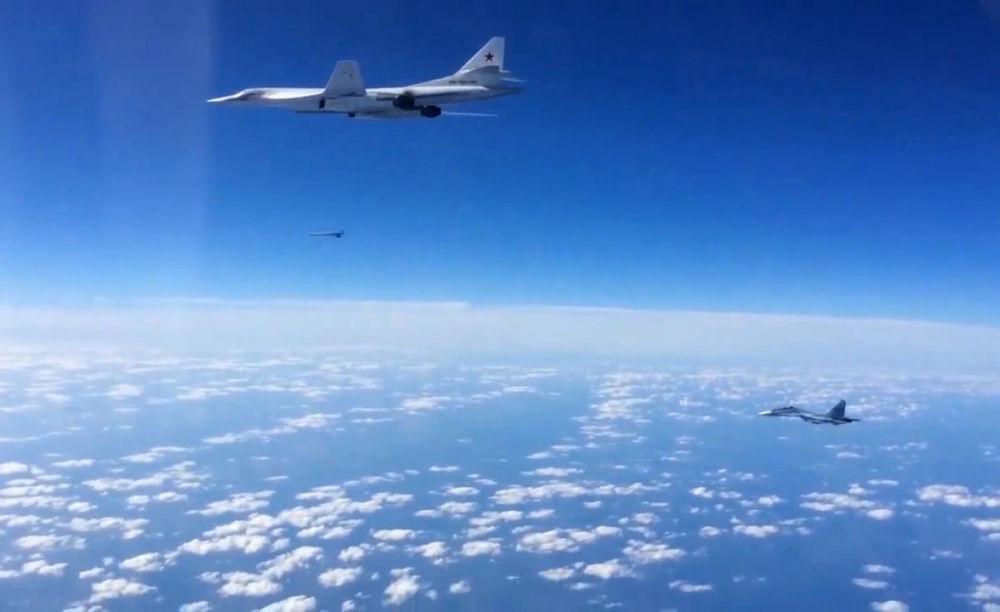 Samolot bojowy Su-30SM ochrania bombowiec Tu-16022M3 Sił Powietrzno-Kosmicznych Federacji Rosyjskiej w Syrii.