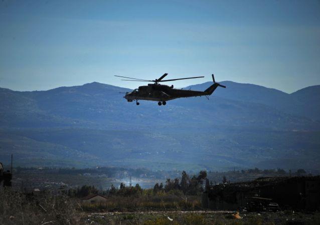Śmigłowiec Mi-24 oblatuje terytorium bazy lotniczej Hmelmin w Syrii.