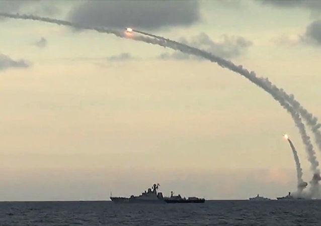 Zmasowany atak przeprowadzony z użyciem 18 pocisków manewrujących Kalibr-NK na siedem celów w prowincjach Ar-Rakka, Idlib i Aleppo z basenu Morza Kaspijskiego z okrętów Flotylli Kaspijskiej Federacji Rosyjskiej.