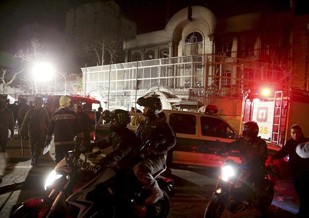 Irańscy policjanci bronią ambasady Arabii Saudyjskiej w Teheranie