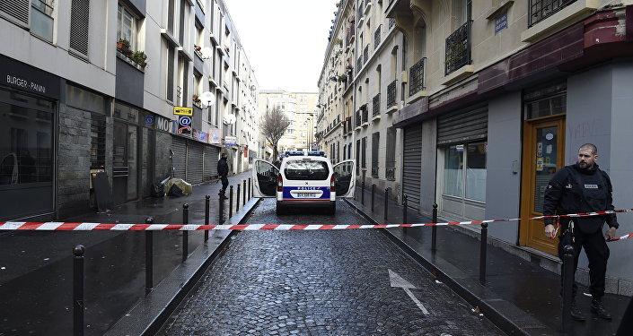Mężczyzna z pasem szahida próbował przedostać się do komisariatu w Paryżu