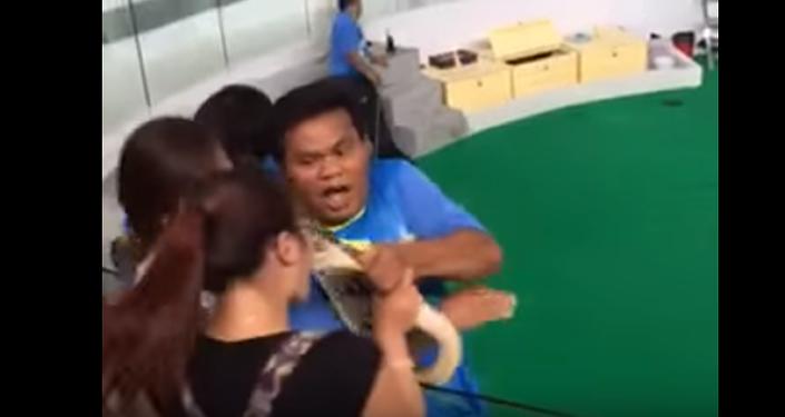 W Tajlandii pyton ugryzł w nos usiłującą go pocałować turystkę