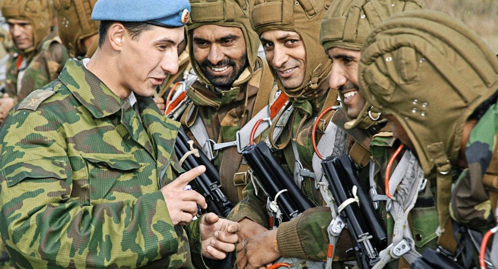 Rosyjscy i indyjscy wojskowi w czasie wspólnych ćwiczeń w obwodzie pskowskim