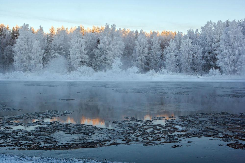 Rzeka Szuja w mroźny dzień