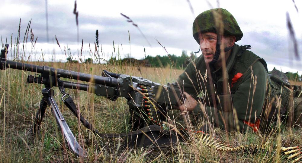 Żołnierz litewskiej armii podczas ćwiczeń wojskowych