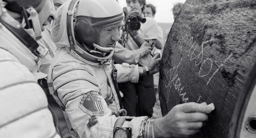 Lotnik-kosmonauta ZSRR Aleksiej Leonow pozostawia autograf na urządzeniu po wylądowaniu