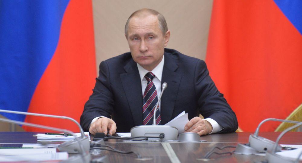 Prezydent Rosji Władimir Putin na spotkaniu z członkami rosyjskiego rządu w rezydencji Nowo-Ogariowo