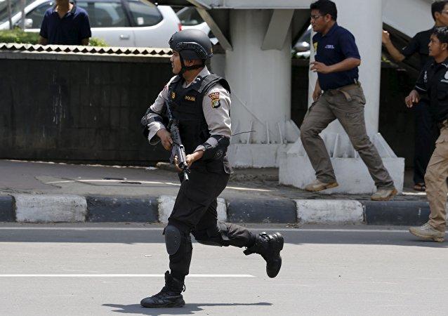 Policja Indonezji podczas operacji antyterrorystycznej w Dżakarcie