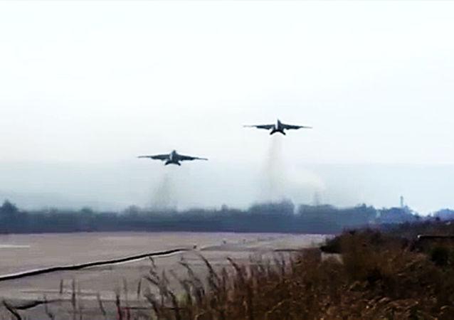 Bojowa praca rosyjskich Su-25 z bazy Hmeymim w eskorcie syryjskich MiG-29