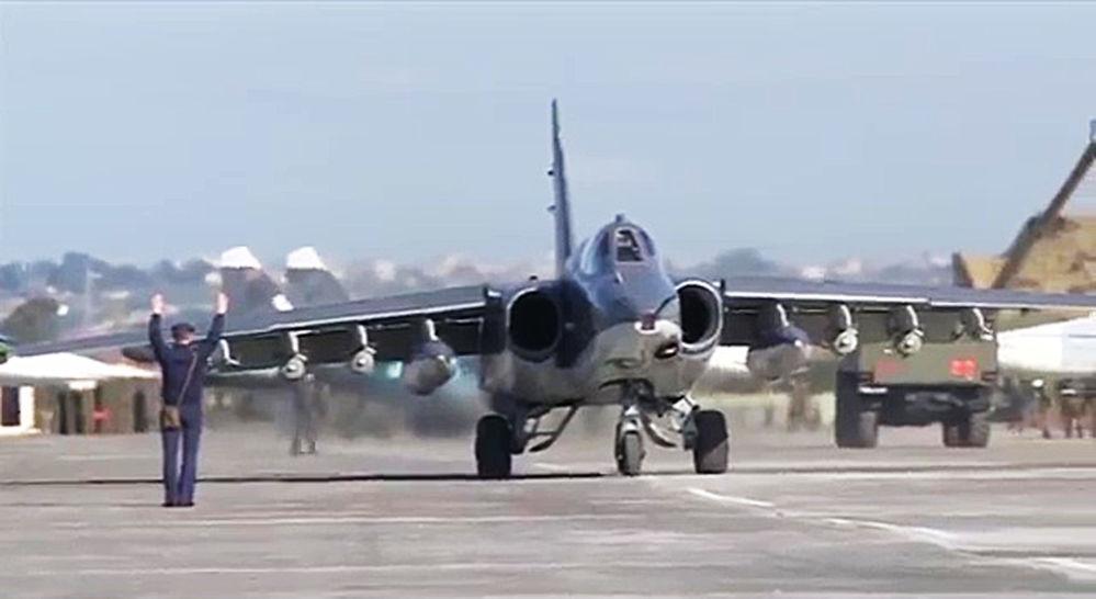 Rosyjski samolot szturmowy Su-25 w bazie Hmeimim w Syrii