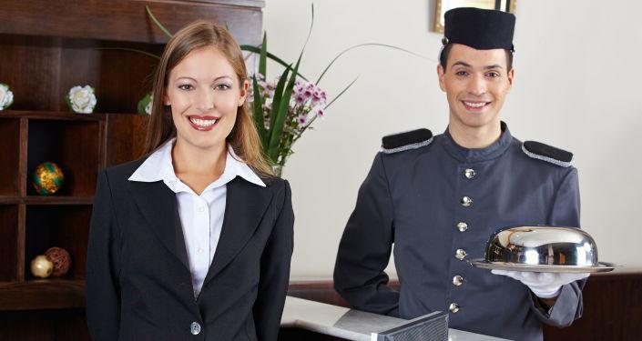Personel hotelu na recepcji