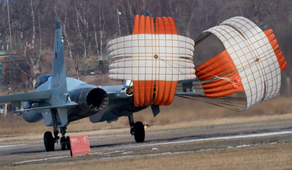 Myśliwiec Su-35S w awiabazie Centralnaja Ugłowaja w Kraju Nadmorskim