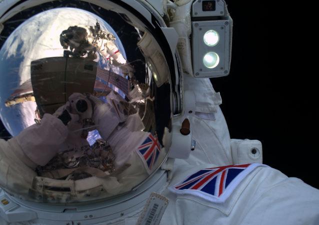 Selfie astronauty Tima Peake'a w otwartej przestrzeni kosmicznej