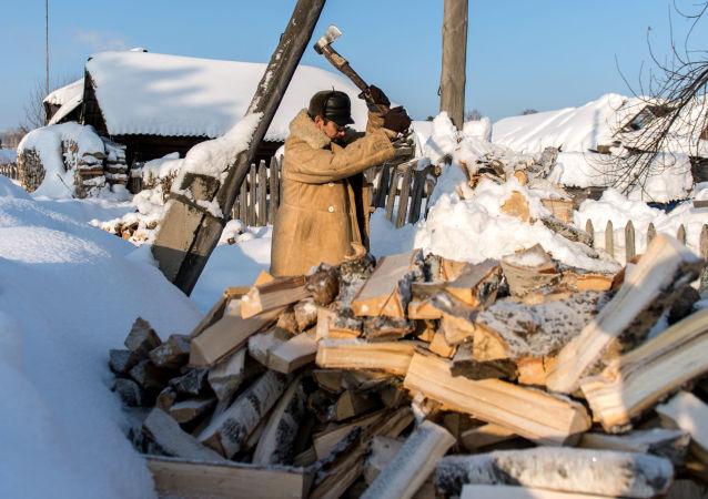 Mężczyzna rąbie drewno