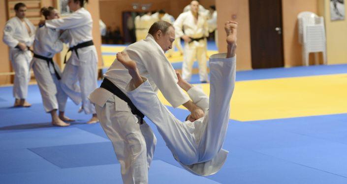 Prezydent Rosji Władimir Putin na treningu z członkami spólki judo