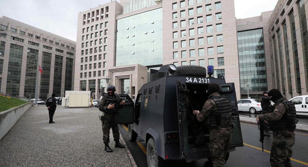 Członkowie tureckich służb specjalnych przy budynku sądu w Stambule.