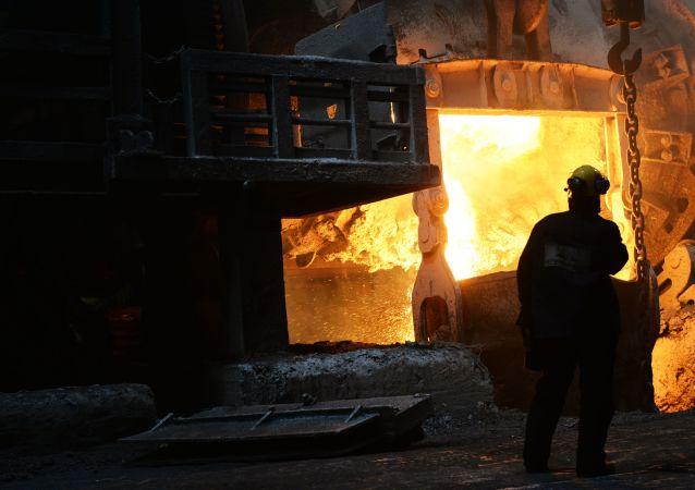 Wytapiania metalu w hali produkcyjnej w hucie Norilsk Nikel