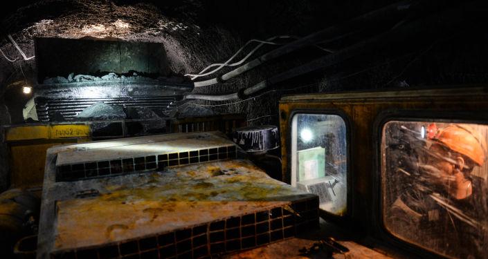 Przeładunek rudy z pojazdu transportowego do wywrotki podziemnej w kopalni miedzi.