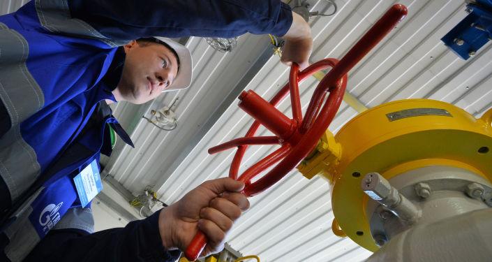 Pracownik Gazpromu przy zaworze gazociągu