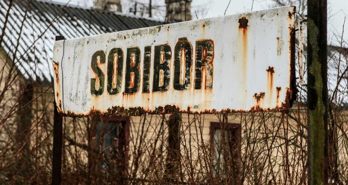 Napis Sobibór na przystanku obok byłego hitlerowskiego obozu koncentracyjnego