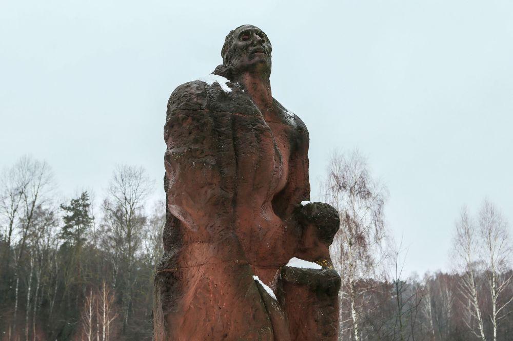 Pomnik matki z dzieckiem w Muzeum Obozu Zagłady Sobibór w Polsce