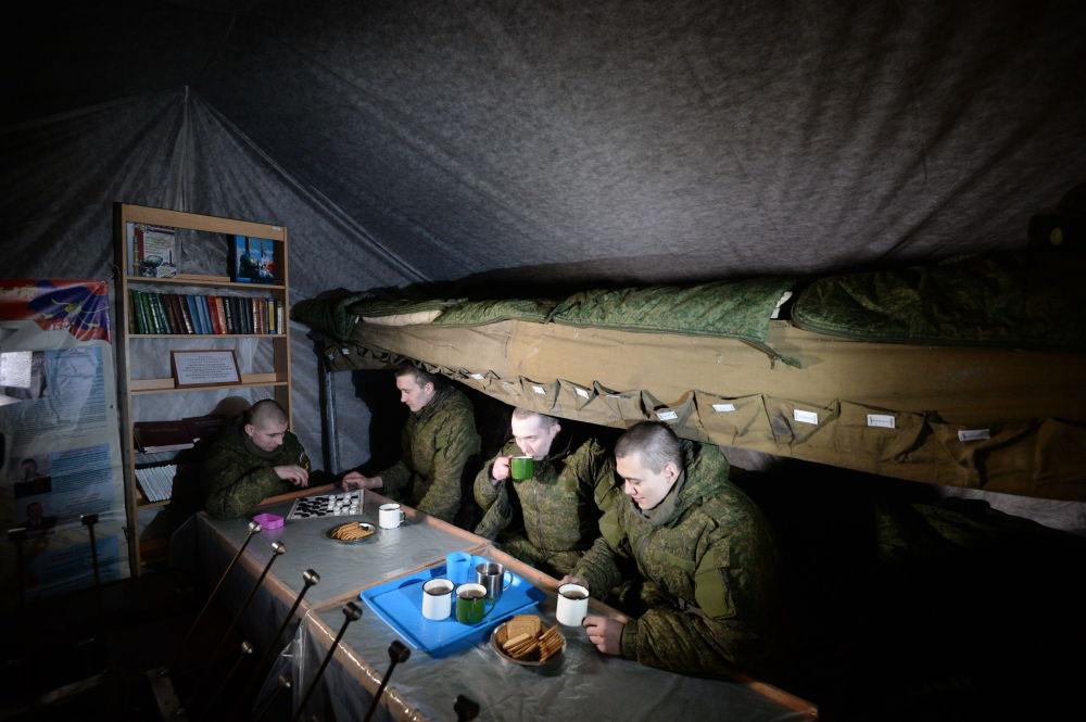 Żołnierze w namiocie wypoczynkowym na pozycjach polowych nowosybirskiej formacji rakietowej.