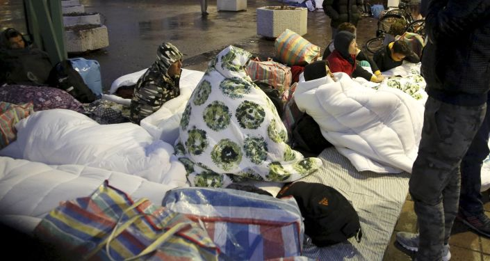 Uchodźcy przed wejściem do agencji ds. imigrantów w Malno