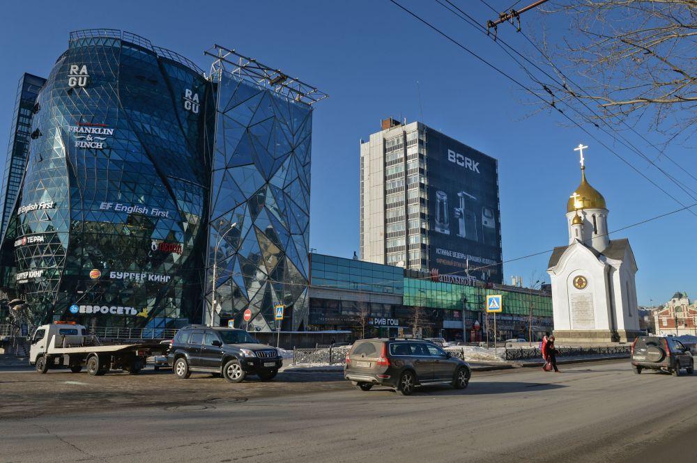 Kaplica św. Mikołaja i budynek o fasadzie w kształcie pąku róży na Czerwonym Prospekcie w Nowosybirsku