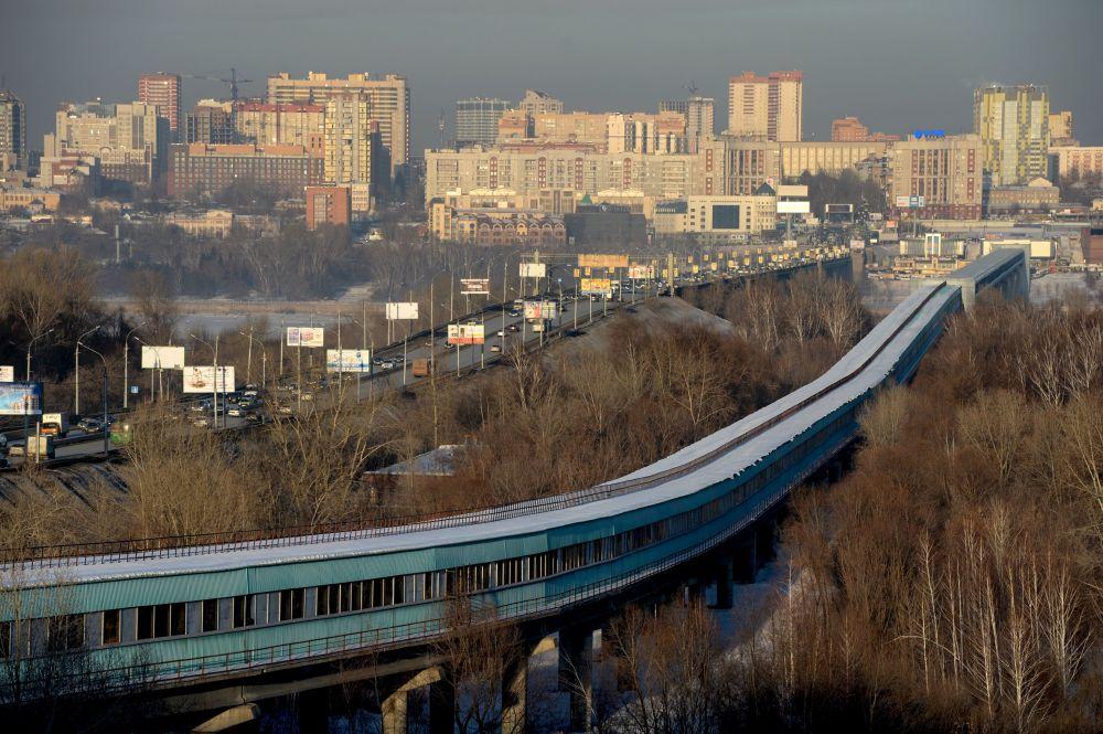 Most Komunalny i most dla metra przerzucony nad rzeką Ob w Nowosybirsku
