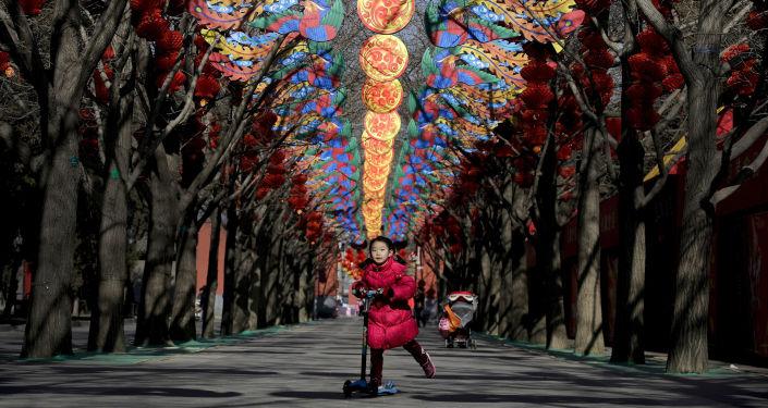 Dziewczyna jedzi skuterem w Pekinie
