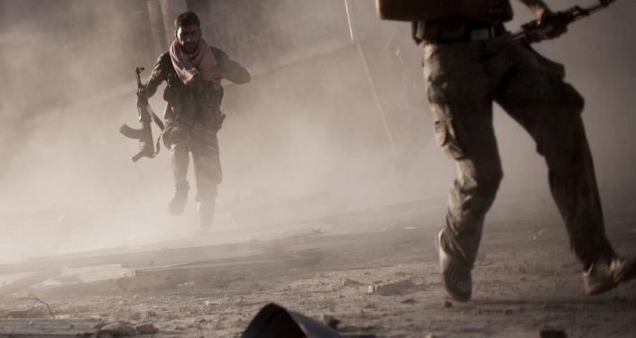 Żołnierze syryjskiej armii podczas działań zbrojnych w mieście Aleppo