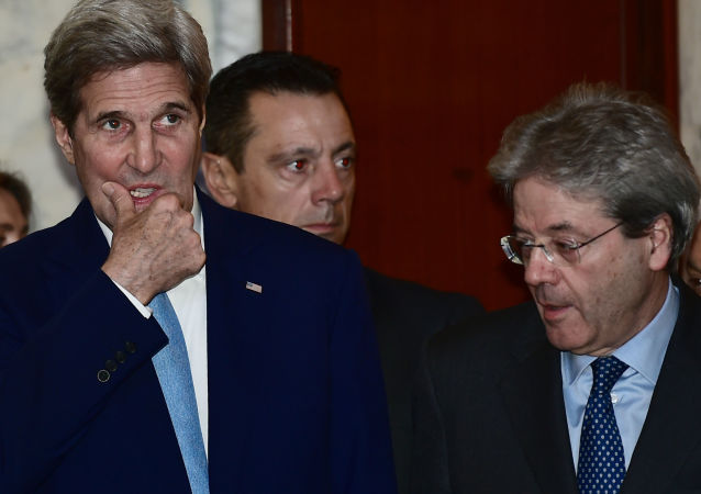 Sekretarz stanu USA John Kerry i minister spraw zagranicznych Włoch Paolo Gentiloni przed rozpoczęciem wspólnej konferencji w Rzymie