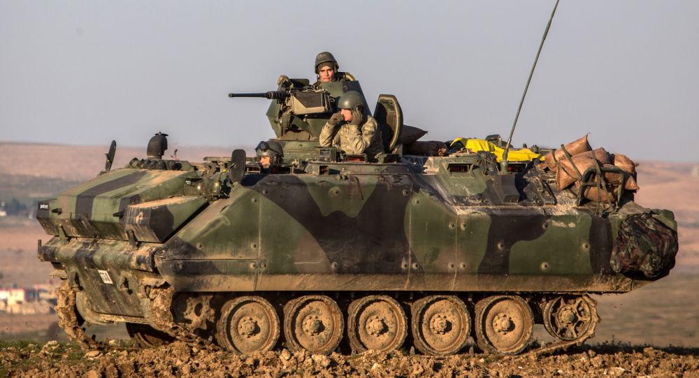 Tureccy żołnierze w czołgu w syryjskiej prowincji Aleppo