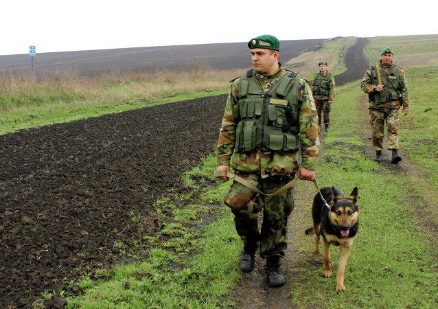Funkcjonariusze Państwowej Straży Granicznej Ukrainy na rosyjsko-ukraińskim odcinku granicy