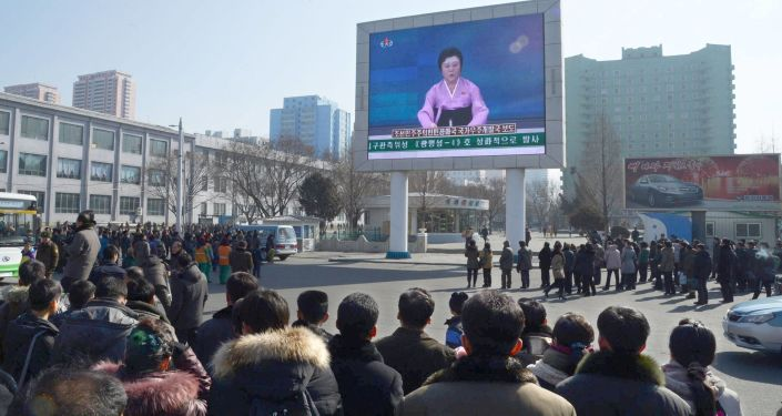Mieszkańcy Korei Północnej na placu w Pjongjangu