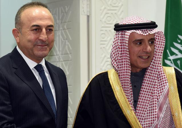 Minister spraw zagranicznych Turcji Mevlut cavusoglu i minister spraw zagranicznych Arabii Saudyjskiej Adel al-Jubeir