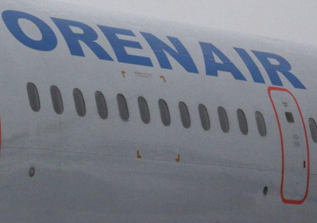 Nazwa linii lotniczej Orenair na pokładzie samolotu