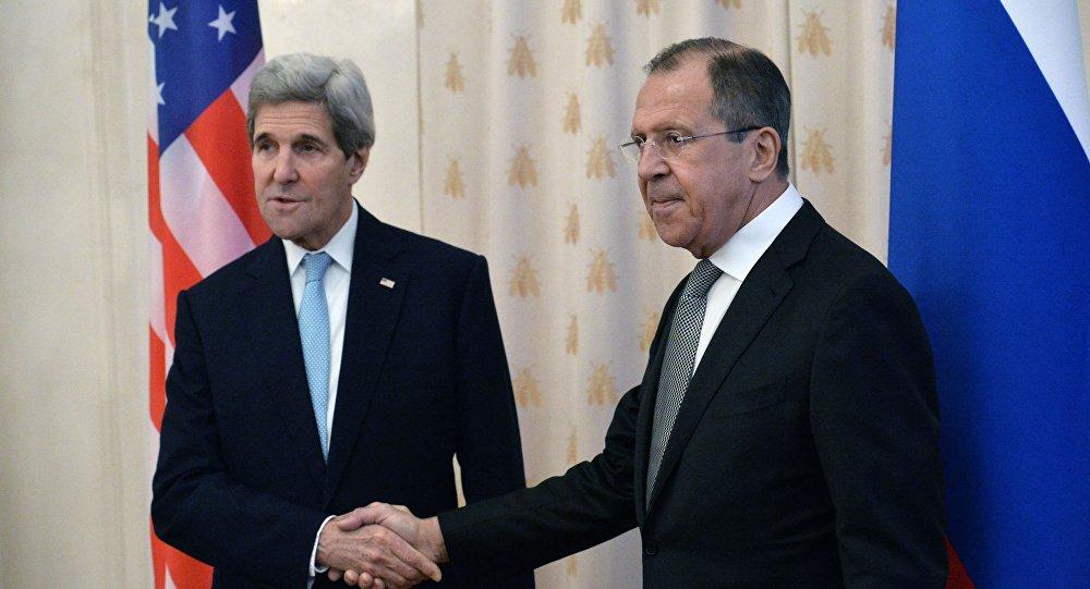Sekretarz stanu USA John Kerry i minister spraw zagranicznych Rosji Siergiej Ławrow na spotkaniu w Moskwie