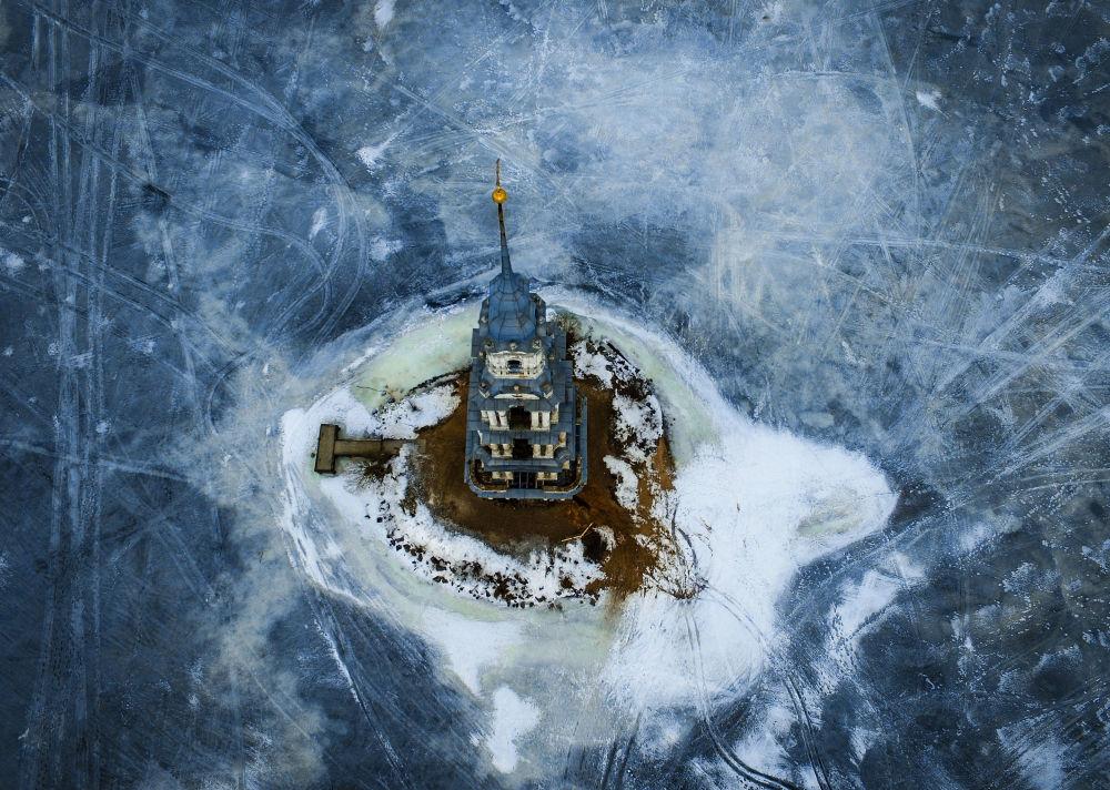 Zatopiona w wodach Zbiornika Uglickiego dzwonnica Soboru Nikolskiego, Rosja