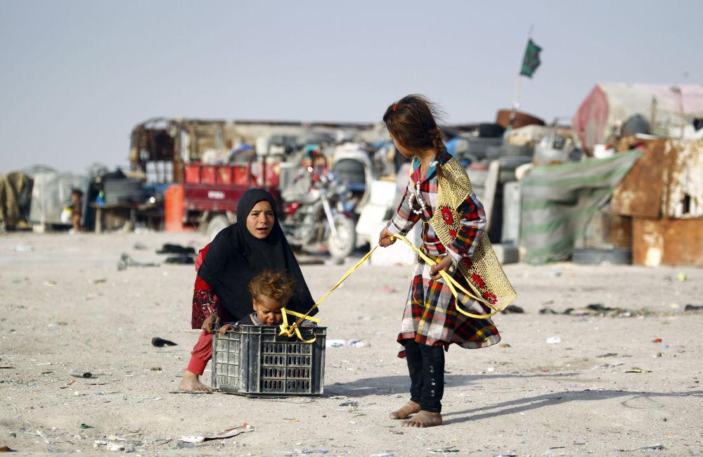 Dzieci z biednej irackiej rodziny na ulicach miejscowości Najaf