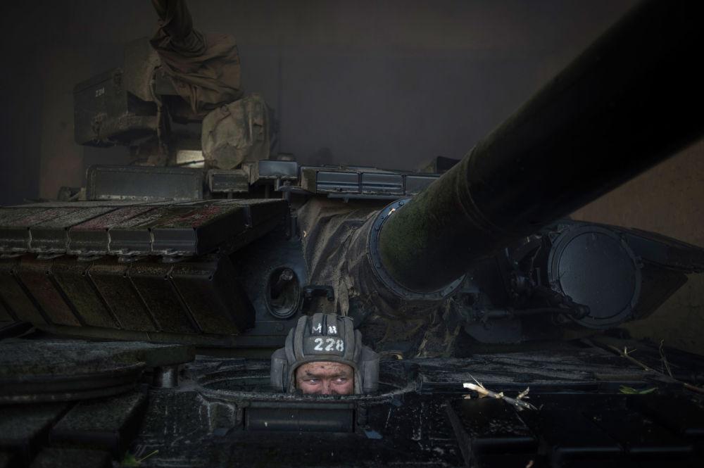Bojownik ŁRL podczas wycofania broni z linii frontu w proklamowanej Ługańskiej Republice Ludowej