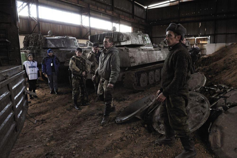 Przedstawiciele misji OBWE i ochotnicy Donieckiej Republiki Ludowej w mieście Snieżnoje w obwodzie donieckim podczas wyładowania moździerzy wycofanych z Doniecka.