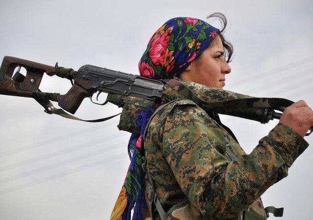 YPJ (Yekineyen Parastina Jin, czyli Kobiece Oddziały Obrony) to żeńskie oddziały samoobrony syryjskich Kurdów